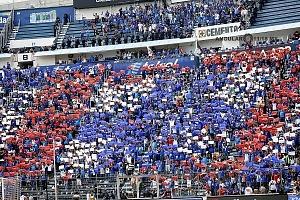la afición del Cruz Azul se despide del estdio que dfuera su casa tras 22 años de historia formando el simbolo del equipo con cartones de los colores del equ