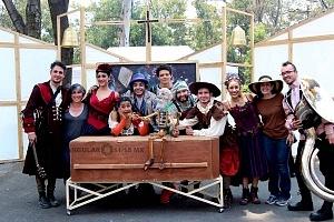 puesta en escena Un banquete para el difunto Don Quijote con la compañia La Bomba Teatro ELENCO
