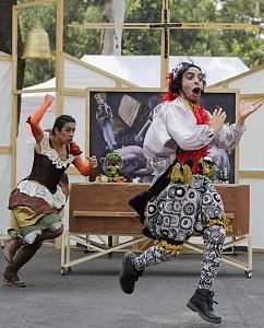 puesta en escena Un banquete para el difunto Don Quijote con la compañia La Bomba Teatro PY