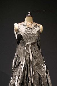 Inauguraciòn de la Exposición experimental de diseño, cultura y estilo de vida de China vestido gris