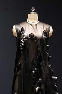 Inauguraciòn de la Exposición experimental de diseño, cultura y estilo de vida de China vestido negro con transparencias