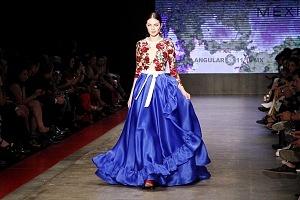 MBFW 2018 pasarela realizada en el Fronton México el 27 de Abril del presente año colección de Benito Santos vestido azul