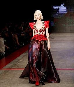 MBFW 2018 pasarela realizada en el Fronton México el 27 de Abril del presente año colección de Benito Santos vestido con transparencia