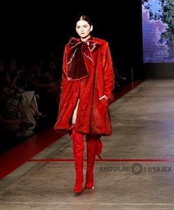 MBFW 2018 pasarela realizada en el Fronton México el 27 de Abril del presente año colección de Benito Santos vestido rojo 1