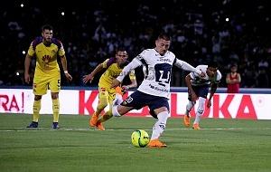 Nicolas Castillo en el partido de ida de los cuartos de final frente Al America cobrando tiro penal frente al America