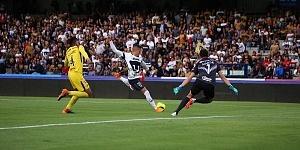 Nicolas Castillo en el partido de ida de los cuartos de final frente Al America en desborde por la derecha