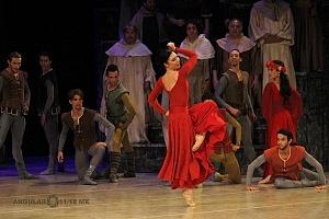 Presentación de Carmina Burana, de Nellie Happee homenaje a toda una vida en la danza ensayo general Palacio de Bellas Artes 2018 bailarina con vestido rojo (1)