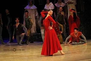 Presentación de Carmina Burana, de Nellie Happee homenaje a toda una vida en la danza ensayo general Palacio de Bellas Artes 2018 bailarina con vestido rojo