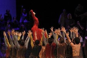 Presentación de Carmina Burana, de Nellie Happee homenaje a toda una vida en la danza ensayo general Palacio de Bellas Artes 2018 bailarina con vestido rojo presentación