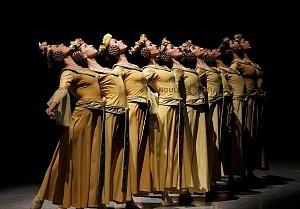 Presentación de Carmina Burana, de Nellie Happee homenaje a toda una vida en la danza ensayo general Palacio de Bellas Artes 2018 bailarinas vestidos amarillos