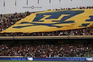 bandera monumental de la porra universitaria en el partido de ida de los cuartos de final del torneo de clausura 2018