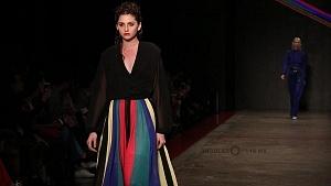 quinto día de la edición XXIII del Mercedes-Benz FashionWeek, sede Frontón México atuendo blusa transparente y vestido de colores