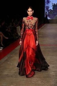quinto día de la edición XXIII del Mercedes-Benz FashionWeek, sede Frontón México atuendo blusa transparente y vestido rojo