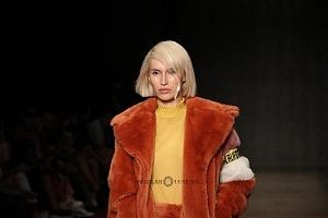 quinto día de la edición XXIII del Mercedes-Benz FashionWeek, sede Frontón México atuendo naranja