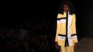 quinto día de la edición XXIII del Mercedes-Benz FashionWeek, sede Frontón México atuendo saco amarillo y pantalon amarillo