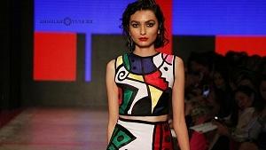 quinto día de la edición XXIII del Mercedes-Benz FashionWeek, sede Frontón México atuendo vestido de colores