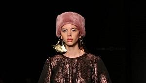 quinto día de la edición XXIII del Mercedes-Benz FashionWeek, sede Frontón México gorro rosa