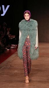 quinto día de la edición XXIII del Mercedes-Benz FashionWeek sede Fronton México Colección abrigo verde y pantalon estampado