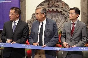 Inauguraciòn de la Semana Cultural y Creativa de Beijing 2018 en el museo de la Ciudad de Mèxico autoridades en el evento corte de liston