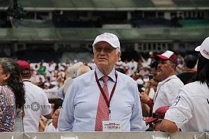 Manuel Bartlett gorra blanca en el cierre de campaña de Andrés Manuel López Obrador candidato a la presidencia de México