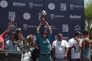 Puerto Escondido Cup 2018 Campeonato Internacional de Surf en Olas Gigantes Bianca Valenti ganadora de la rama femenil levantando el trofeo