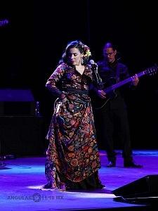 cantante y compositora María Inés Ochoael en el debut de La Rumorosa en el Teatro de la Ciudad 9