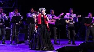 cantante y compositora María Inés Ochoael en el debut de La Rumorosa en el Teatro de la Ciudad con mariachi 1