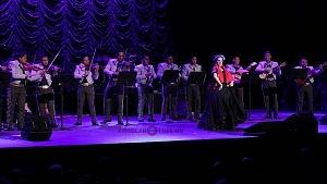 cantante y compositora María Inés Ochoael en el debut de La Rumorosa en el Teatro de la Ciudad con mariachi