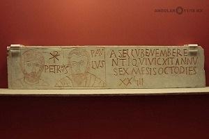 placa sepulcral con inscripciòn ASELLV y retrato de los santos Pedro y Pablo marmol blanco finales del siglo IV