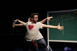puesta en escena Romeo y Julieta de Bolsillo en el Centro Cultural Hèlenico Foro la Gruta