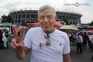 simpatizante en el cierre de campaña de Andrés Manuel López Obrador candidato a la presidencia de México en el Estadio Azteca