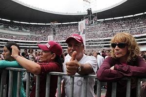 simpatizantes en el cierre de campaña de Andrés Manuel López Obrador candidato a la presidencia de México en el Estadio Azteca
