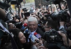 Andrés Manuel López Obrador durante la jornada electoral del 1 de julio atravesando a los medios de comunicación