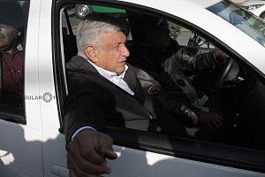 Andrés Manuel López Obrador, en su automovil despues de haber realizado su voto