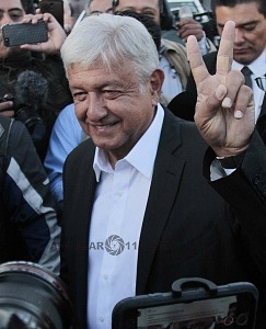 Andrés Manuel López Obrador es el nuevo Presidente Electo de México saludando a los medios de información 1