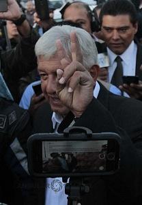 Andrés Manuel López Obrador es el nuevo Presidente Electo de México saludando a los medios de información