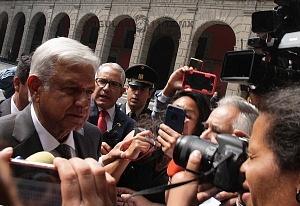 Andrés Manuel López Obrador presidente electo de México a la llegada a Palacio Nacional rodeado de medios de informacíon 1