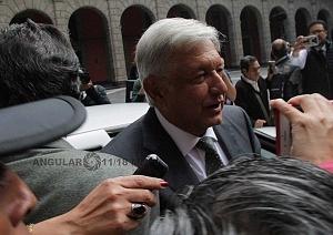 Andrés Manuel López Obrador presidente electo de México a la llegada a Palacio Nacional rodeado de medios de informacíon