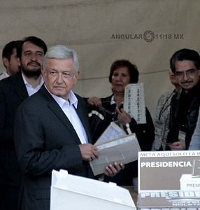 Candidato a la presidencia de México Andrés Manuel López Obrador, por la coalición Juntos haremos historia entrega de papeletas para realizar su votaciòn