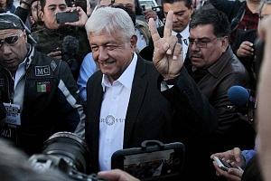 Candidato a la presidencia de México Andrés Manuel López Obrador, por la coalición Juntos haremos historia llegando a la casilla de votaciòn