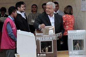 El candidato a la presidencia de México Andrés Manuel López Obrador, intruduciendo su voto a la urna