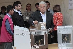El candidato a la presidencia de México Andrés Manuel López Obrador, realizando su voto
