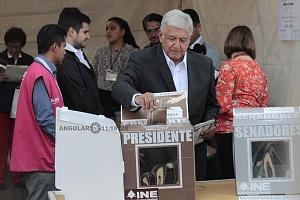 El candidato a la presidencia de México Andrés Manuel López Obrador, se presento a votar este primero de julio por la coalición Juntos haremos historia 1