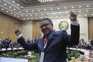 Horacio Duarte Olivares representante de Morena ante el INE festejando el triunfo