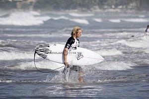 Surfista Austin Neumann de Estados Unidos en el Hurrley Surf Open Acapulco 2018 en la Final saliendo del mar