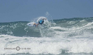 Surfista Cole Houshmand de Estados Unidos en el Hurrley Surf Open Acapulco 2018 playa revolcadero