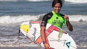Surfista Jhony Corzoo en el Surf Open Acapulco 2018 QS 1,000