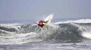Surfista Lucca Mesinas en el Hurrley Surf Open Acapulco 2018