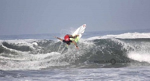 Surfista Lucca Mesinas en el Hurrley Surf Open Acapulco 2018 en el hit numero 4