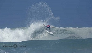 Surfista Lucca Mesinas en el Hurrley Surf Open Acapulco 2018 en el hit numero 5